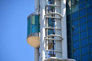 ¿Es obligatoria la instalación de un ascensor en una comunidad de propietarios si sólo lo solicita un vecino?